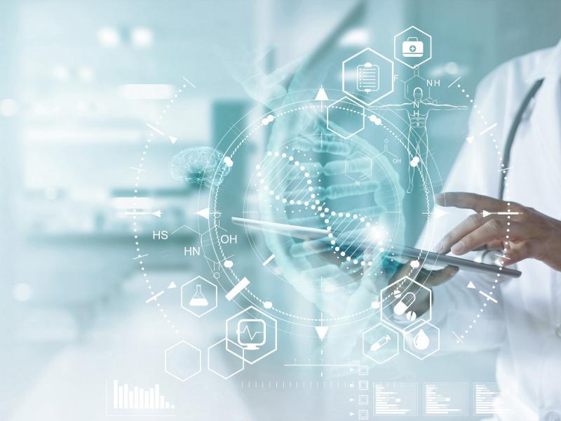 Arzt in weißem Kittel hält Tablet in der Hand darüber digitales Netzwerk Grafik